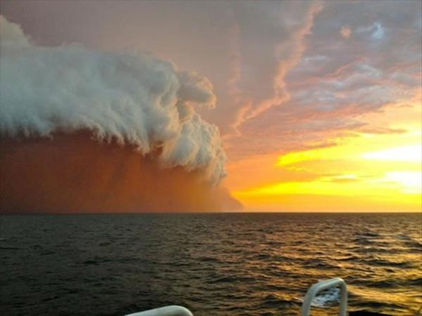 Nube cubrió costa oeste Australia (1)