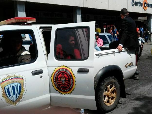 (CRÉDITO: Captura del vídeo de Marianli Suárez) Hasta este instante, Suárez pudo grabar con sus equipos. En la gráfica se observa a la funcionaria cuando se bajaba del vehículo