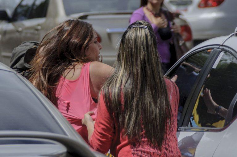 (Foto: Juan Brito de El Impulso) En este momento la funcionaria del Cicpc intentaba llevarse detenida a la periodista de El Pitazo Marianli Suárez